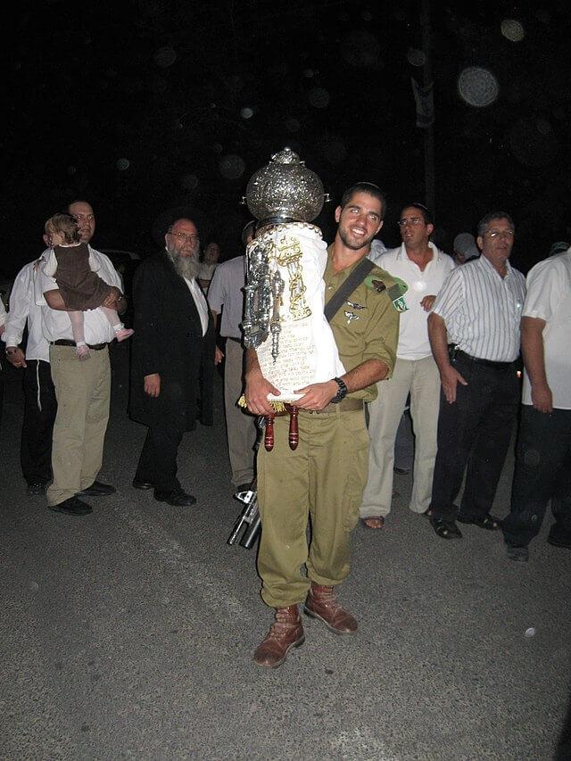 חייל באירוע הכנסת ספר תורה